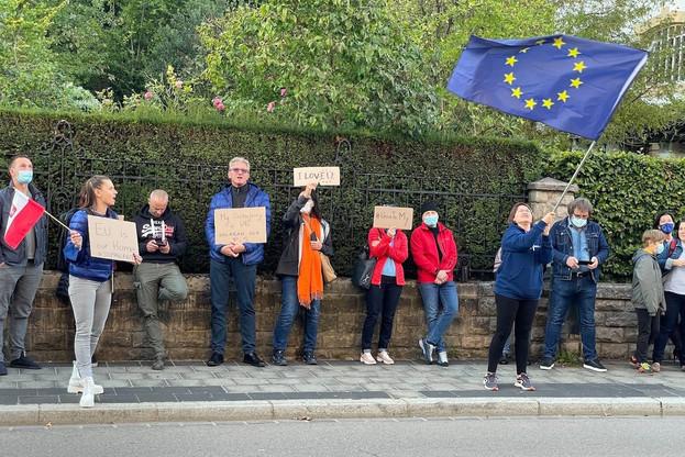 Ania Bator (à gauche) a mené les chants, dimanche soir, alors que les Polonais protestaient contre ce qu'ils considèrent comme le projet de leur gouvernement de sortir le pays de l'Union européenne. (Photo: Maison Moderne)
