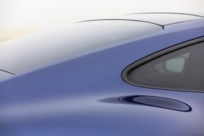 Notre 9114S ne dément pas ce look inimitable et fait forte impression dans sa robe bleu gentiane métallisée. ((Photo: Jan Hanrion / Maison Moderne))