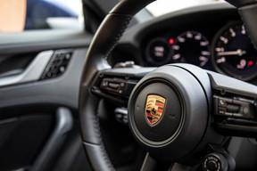 Installé dans les sièges semi-baquets en cuir de la 911, c'est un sentiment d'homogénéité et d'équilibre parfait qui survient. ((Photo: Jan Hanrion / Maison Moderne))