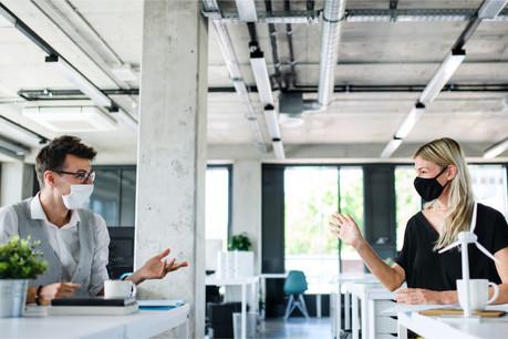 Le masque est désormais obligatoire dans les entreprises françaises, quelle que soit la distance entre les personnes. (Photo: Shutterstock)