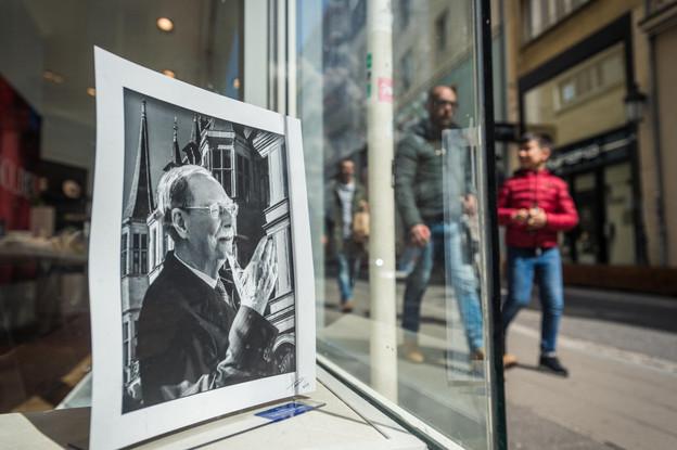 Des portraits en l'hommage du Grand-Duc Jean ont été placés dans de nombreuses vitrines par des commerçants de Luxembourg. (Photo: Mike Zenari)