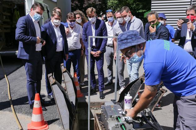 Le directeur général de Post, ClaudeStrasser (à gauche), a profité de la venue du ministre de l'Économie, FranzFayot (au centre), pour annoncer 50millions d'euros supplémentaires d'investissement. (Photo: Romain Gamba/Maison Moderne)