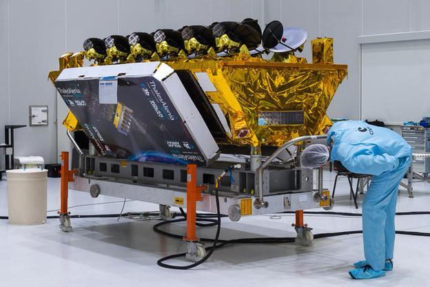 Dernières vérifications pour les quatre derniers satellites de première génération d'O3B. (Photo: SES/Thales Alenia)