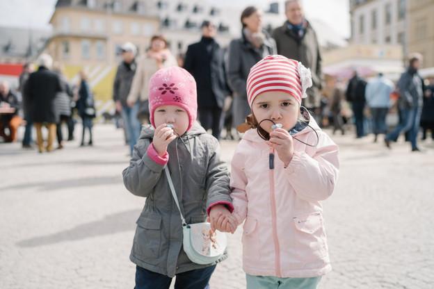 Chaque lundi de Pâques, sur le marchéÉimaischen à Luxembourg, les Péckvillercher amusent toujours les bambins. (Photo: Ville de Luxembourg/Marion Dessard)