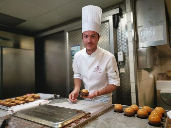 Lionel Marchand s'active pour boucler les 460 desserts attendus ce dimanche au restaurant Amélys. (Photo: D.R.)
