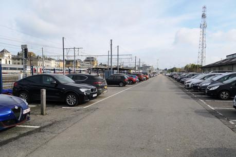 Le stationnement se fait rare à la gare d'Arlon, et le P+R de Viville reste dans les cartons tant que les chemins de fer luxembourgeois et belges n'auront pas trouvé d'accord sur une liaison Luxembourg-Viville. (Photo: La Meuse)