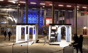 Un portique de sécurité, comme dans les aéroports, était placé devant la Rockhal. ((Photo: Maison Moderne))
