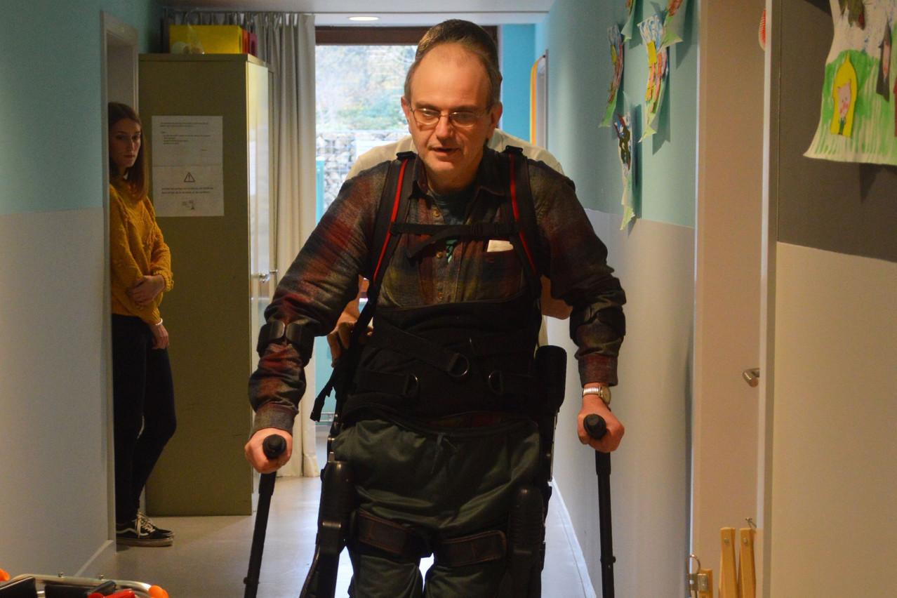 L'exosquelette est une petite révolution dans le domaine des soins aux personnes à mobilité réduite. (Photo: Vivalia)