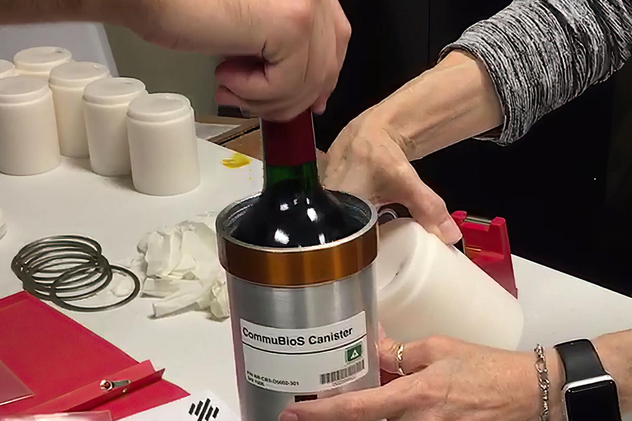 Après 14 mois à bord de la Station spatiale internationale, les 12 bouteilles de Château Petrus 2000 sont rentrées le 14 janvier. Une première dégustation, le 1er mars, a lancé le début de la recherche scientifique autour de l'impact du réchauffement climatique sur le vin. (Photo: Space Cargo Unlimited)