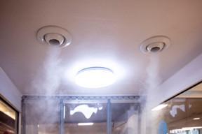 La nébulisation a lieu dans la seconde partie de la cabine, juste avant de pouvoir accéder au commerce. ((Photo: Jan Hanrion / Maison Moderne))