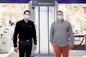 Pedro Da Silva Pinto (à gauche) et Sandro Gioioso dirigent Luxtex et la start-up Global Health, qui commercialise ce type de cabine. ((Photo: Jan Hanrion / Maison Moderne))
