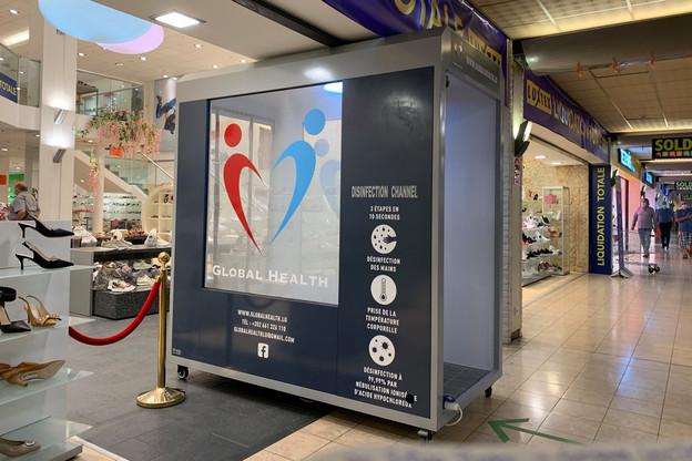 La cabine est installée à l'entrée du magasin éphémère de Luxtex, où l'entreprise écoule le stock de l'enseigne en faillite Chaussures Vedette. (Photo: Maison Moderne)