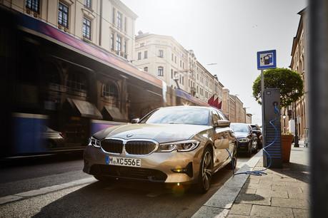 L'initiative de BMW, déjà déployée à Munich et dans sept villes belges, doit inviter les propriétaires de véhicules hybrides rechargeables à recharger leur véhicule pour profiter du confort de l'électrique. (Photo: BMW)