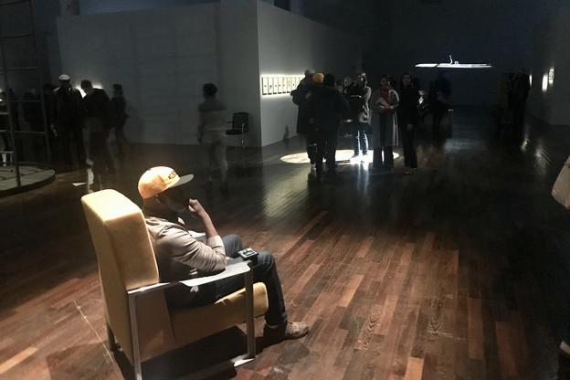 Entre ombre et lumière,Elvin Williams attend la fin d'une vie pour la réactivation de la performance «Until Then», du duo d'artistes Brognon-Rollin au Mac Val. (Photo: Maison Moderne)