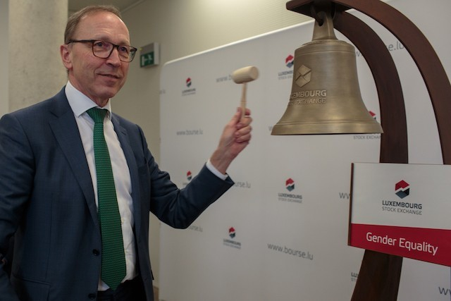 Le CEO de la Bourse, Robert Scharfe, accueillera ce mardi le commissaire européen au Budget, Johannes Hahn, pour lancer la première obligation sociale de l'UE. (Photo: Matic Zorman/archives)