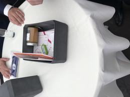 Dans la «Time Capsule», des produits de Post, comme des enveloppes, des timbres, un token ou encore du miel produit sur les toits de leurs bâtiments. ((Photo: Paperjam))