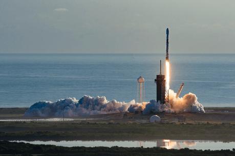 La deuxième tentative a été la bonne. Samedi soir, le SpaceX Crew Dragon a quitté le pad 39 de Cap Canaveral sans souci. Direction l'ISS pour les deux astronautes à son bord. Une première depuis 2011. (Photo; Space X)