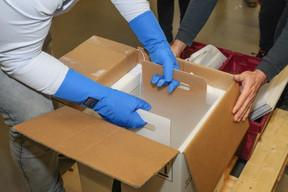 Les vaccins ont fait l'objet de mille précautions lors de leur transport. ((Photo: SIP/Luc Deflorenne))