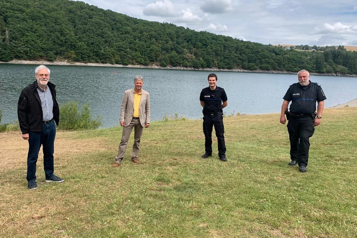 Henri Kox (2e à gauche) a rencontré le bourgmestre d'Esch-sur-Sûre Marco Schank (à gauche), ainsi que Thierry Jacobs, directeur régional de la région de police «Nord», et Jean-Pierre Kayser, chef du commissariat de police de Turelbaach. (Photo: ministère de la Sécurité intérieure)