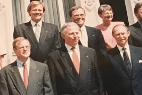 Sur son compte Twitter, Alex Bodry a rendu hommage au Grand-Duc avec la photo de groupe du gouvernement Santer-Poos III (1994-1995). (Photo: Capture d'écran / Twitter / Alex Bodry)