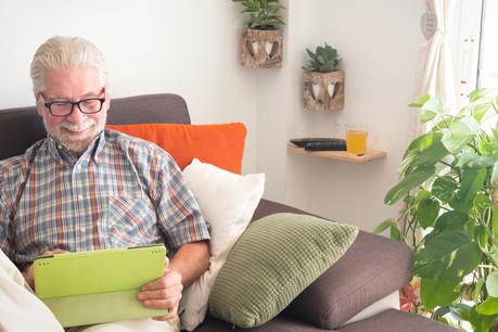 Les seniors sont de plus en plus connectés, et aiment voyager. (Photo: Shutterstock)