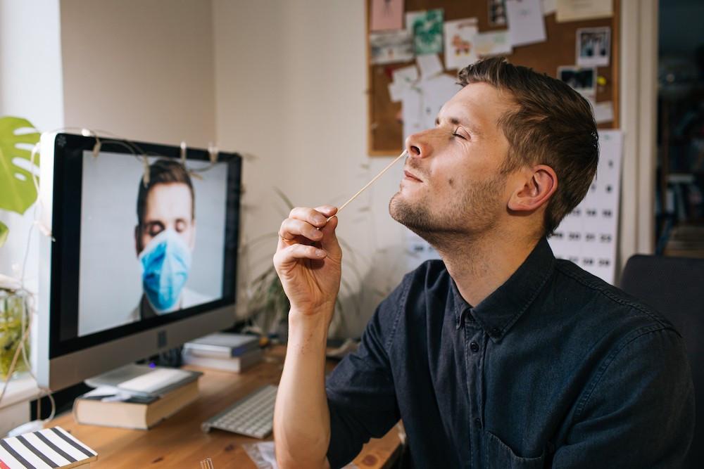 L'autotest est un prélèvement nasal que l'on peut réaliser à domicile sans l'aide de personnel de santé. Il s'effectue à l'aide d'un écouvillon adapté que l'on enfonce d'environ trois centimètres dans chacune des narines. (Photo: Shutterstock)