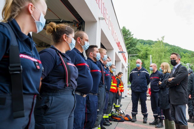 Prime minister Xavier Bettel (DP) and interior minister Taina Bofferding (LSAP) talk with CGDIS emergency staff on Thursday 15 July 2021 Matic Zorman