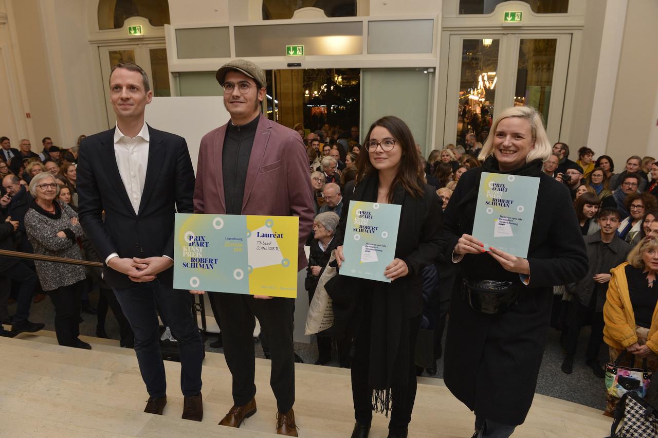 Serge Wilmes a récompensé Thibaud Schneider, Anaïs Marion et Aline Bouvy pour leur oeuvre. (Photo: Charles Soubry-Photothèque de la Ville de Luxembourg)