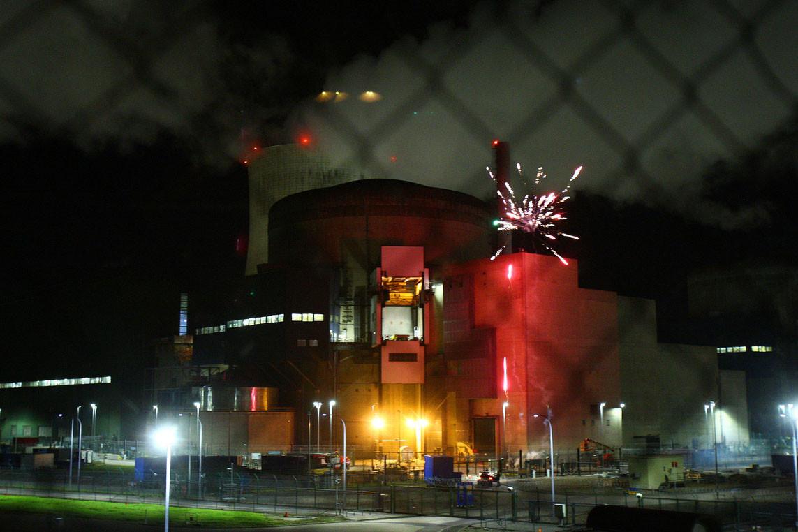 Le 12 octobre2017, huit militants de Greenpeace avaient organisé un feu d'artifice après s'être introduits dans la centrale nucléaire de Cattenom. (Photo: Greenpeace)