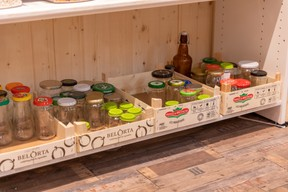 Des bocaux usagés et désinfectés sont mis gratuitement à la disposition des clients. ((Photo: Romain Gamba / Maison Moderne))