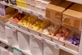 Outre les produits alimentaires, des produits d'hygiène et d'entretien sont également proposés. ((Photo: Romain Gamba / Maison Moderne))