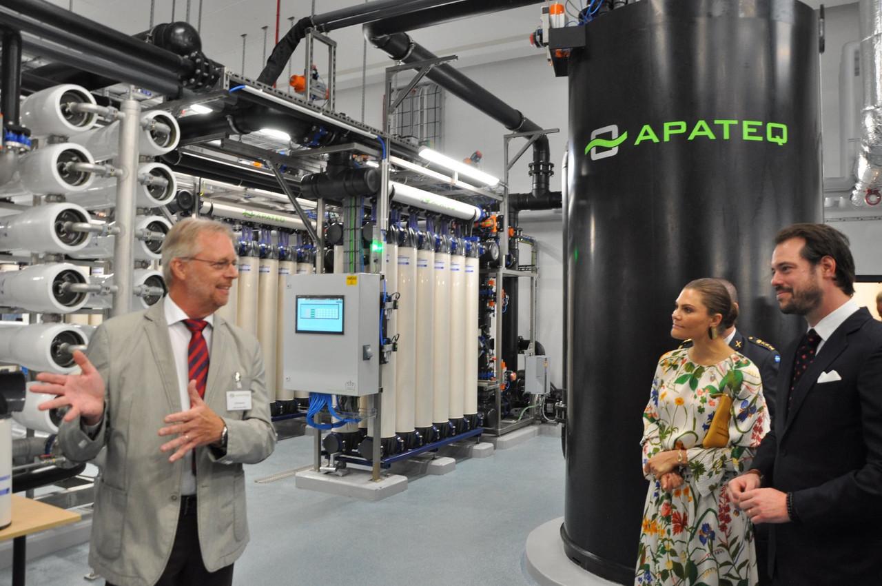 Ulrich Bäuerle, le directeur technique de Apateq, présente l'installation suédoise à la Princesse héritière de Suède, Victoria, et au Prince Félix de Luxembourg. (Photo: Apateq /Cordelia Chaton)