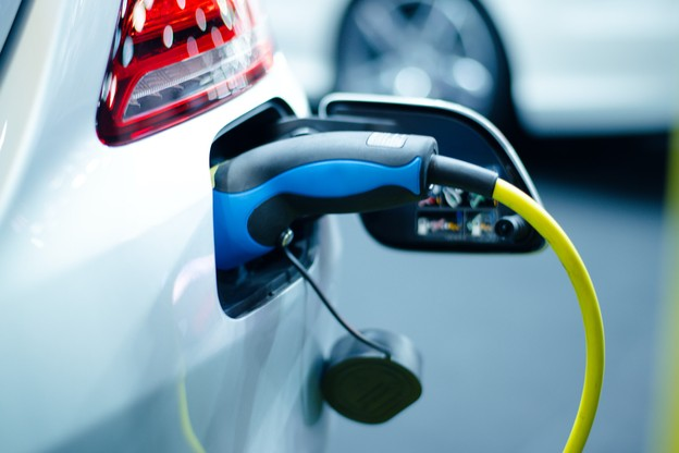 La différence de prix entre une voiture électrifiée et une voiture thermique se situe entre 10.000 et 16.000 euros. (Photo: Shutterstock)