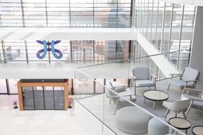 Vue de l'atrium et du coin café. ((Photo: Patricia Pitsch / Maison Moderne))