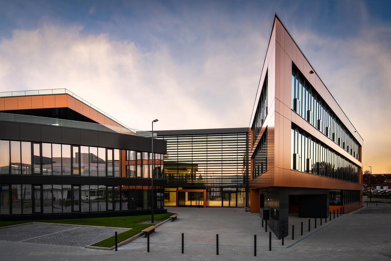 Le bâtiment se compose de trois ailes reliées par un atrium central. (Photo: Julien Swol)
