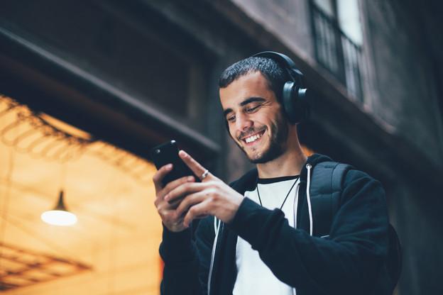 Si les Luxembourgeois continuent à écouter leurs artistes locaux en ligne, ce sont les usines à tubes internationaux, comme Drake ou Billie Eilish, qui trustent les listes des morceaux les plus écoutés sur Spotify au Luxembourg en 2020… (Photo: Shutterstock)