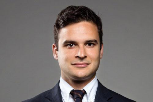 Davoud Hatami:«Qu'il soit au tribunal en robe d'avocat ou bien en télétravail en robe de chambre lors d'une énième confcall client (nous conseillons alors de s'assurer que la caméra soit bien éteinte), l'avocat doit se faire comprendre de son interlocuteur.» (Photo: DR)