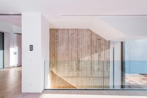 À l'intérieur, le verre, le bois, le béton et la pierre se côtoient. ((Photo: Johannes-MariaSchlorke))