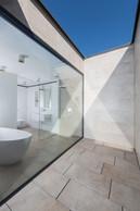 La salle de bain donne sur une terrasse qui préserve des regards indiscrets. ((Photo: Johannes-MariaSchlorke))