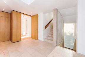 Un escalier central assure la distribution verticale. ((Photo: Johannes-Maria Schlorke))