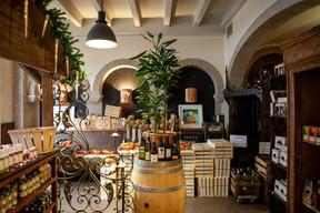 À La Chapelle à Neudorf, les tables ont laissé place à des étals d'épicerie fine colorés et bien achalandés en produits maison ou issus de gammes très tendance et bien choisies. (Romain Gamba/Maison Moderne)