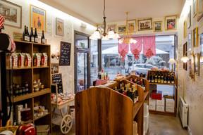 À L'Adresse aussi, les étagères gourmandes ont pris la place des tables de restaurant… (Romain Gamba/Maison Moderne)