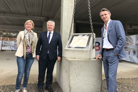 Diane Feipel, bourgmestre de Leudelange, Louis de Halleux, managing director de Fidentia, et Stéphan Sonneville, CEO d'Atenor, ont assisté à la pose symbolique de la première pierre du projet BuzzCity. (Photo: Paperjam)