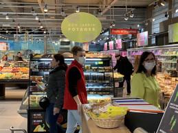 Isabelle (en rouge) et Consuela (en vert), masque sur le nez pour servir les clients et préparer les rayons. ((Photo: Paperjam))