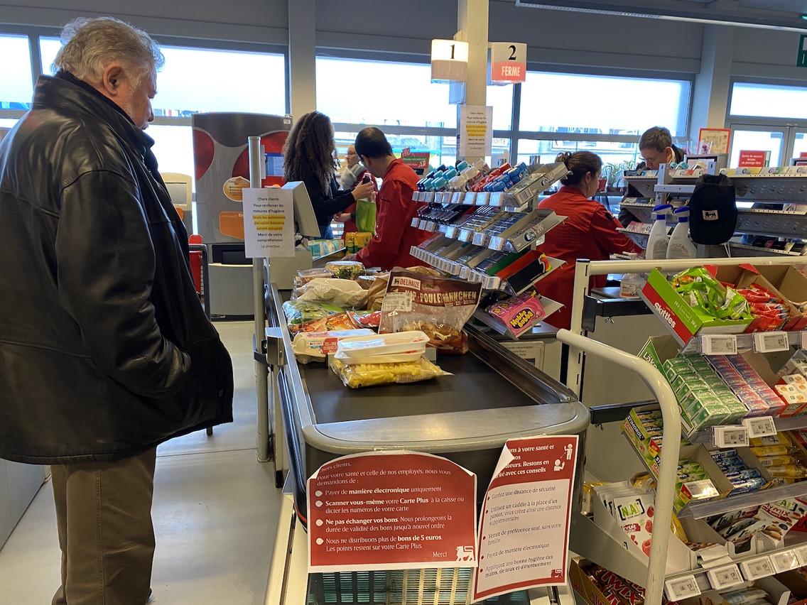 Dans les supermarchés, l'heure est à la mise en place de gestes qui semblent anodins en période normale. Pour le bien-être de tous. (Photo: Paperjam)