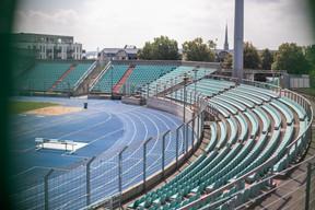 Les tribunes ne protègent pas les spectateurs des intempéries. ((Photo: Matic Zorman/Maison Moderne))