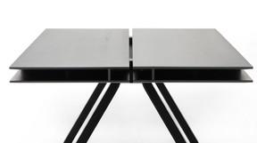 La table de travail «Spectrum» présente un double plateau permettant de ranger facilement ses affaires dans l'interstice. ((Photo: Karimoku New Standard))