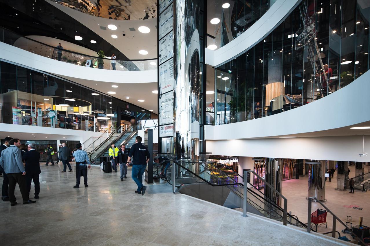 Dès l'entrée principale, deux commerces locaux sont présents: Ernster à gauche et Victorine à droite.. (Photo: Nader Ghavami)