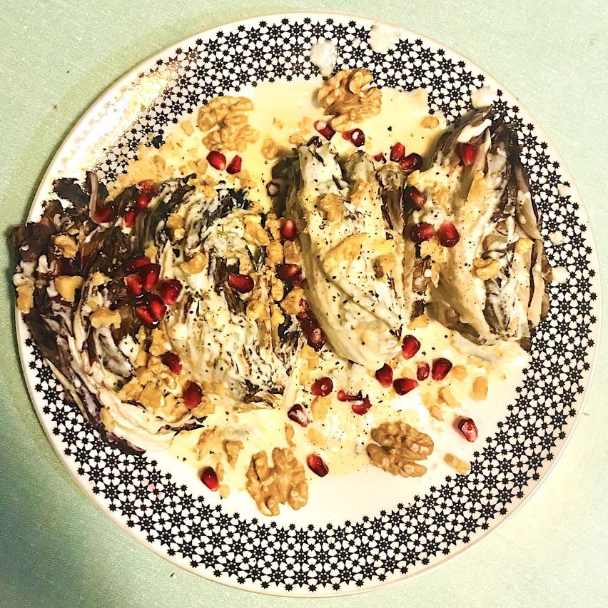 Radicchio grillé, gorgonzola crémeux, noix et grenade. Maison Moderne