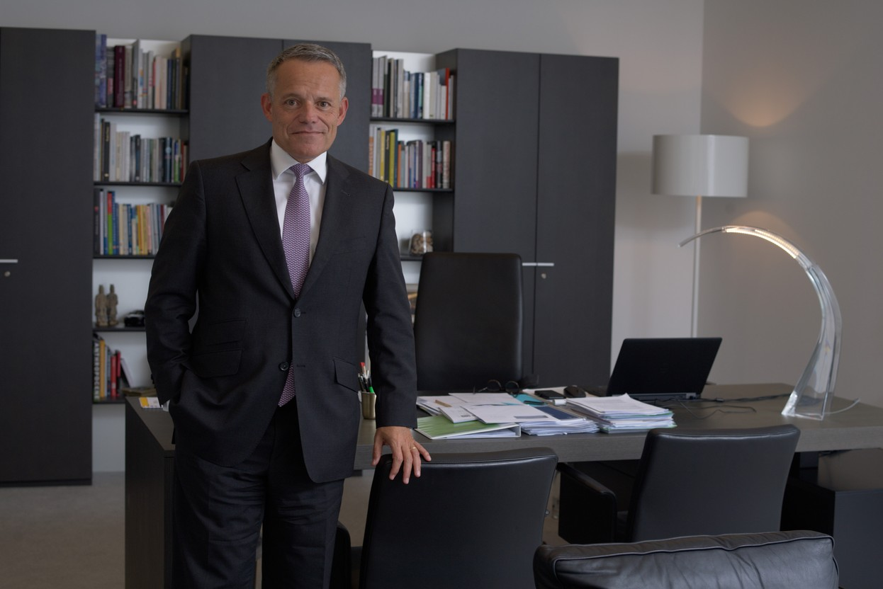 Guy Hoffmann, Chairman of the Board of Directors of Banque Raiffeisen, is surrounded by a new team of directors. (Photo: Nader Ghavami/Archives Maison Moderne)